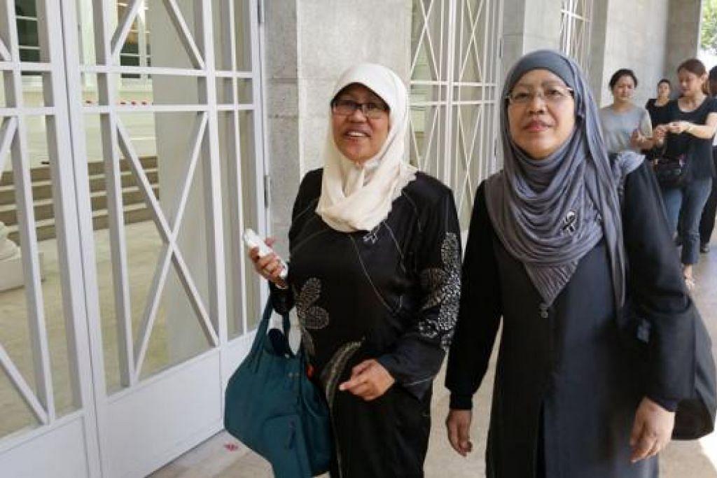AMBIL CUTI: (Dari kiri) Cik Hamidah dan Cik Siti Rohani mengambil cuti setengah hari untuk memberi penghormatan kepada Encik Lee. - Foto NUR ADILAH AHMAD MAHBOB