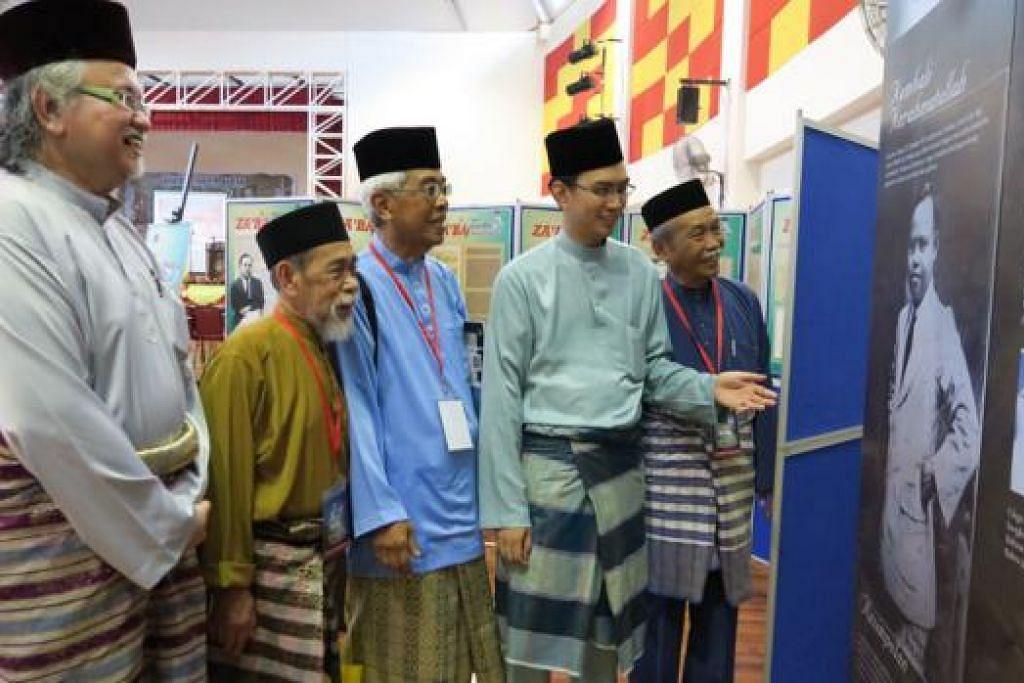 TEROKA PEMIKIRAN PENDETA: Tamu terhormat, Putera Kedua Yang Dipertuan Besar Negeri Sembilan, Yang Amat Mulia Tunku Zain Al-'Abidin Ibni Tuanku Muhriz (dua dari kanan), berbual mesra dengan wakil Singapura (dari kanan) Encik Yatiman Yusof, Haji Maarof Salleh dan Haji Suratman Markasan sewaktu meninjau pameran Za'ba dalam 'Kolokium Pemikiran Pendeta Za'ba' di Dewan Kolej Ungku Omar, Kampus Sultan Azlan Shah, Universiti Pendidikan Sultan Idris (Upsi), dalam kawasan Tanjung Malim, Perak, semalam. Bersama mereka ialah pengerusi gerakan Ziarah Karyawan, Yang Mulia Raja Ahmad Amirullah. - Foto NURUL AIN RAZALI