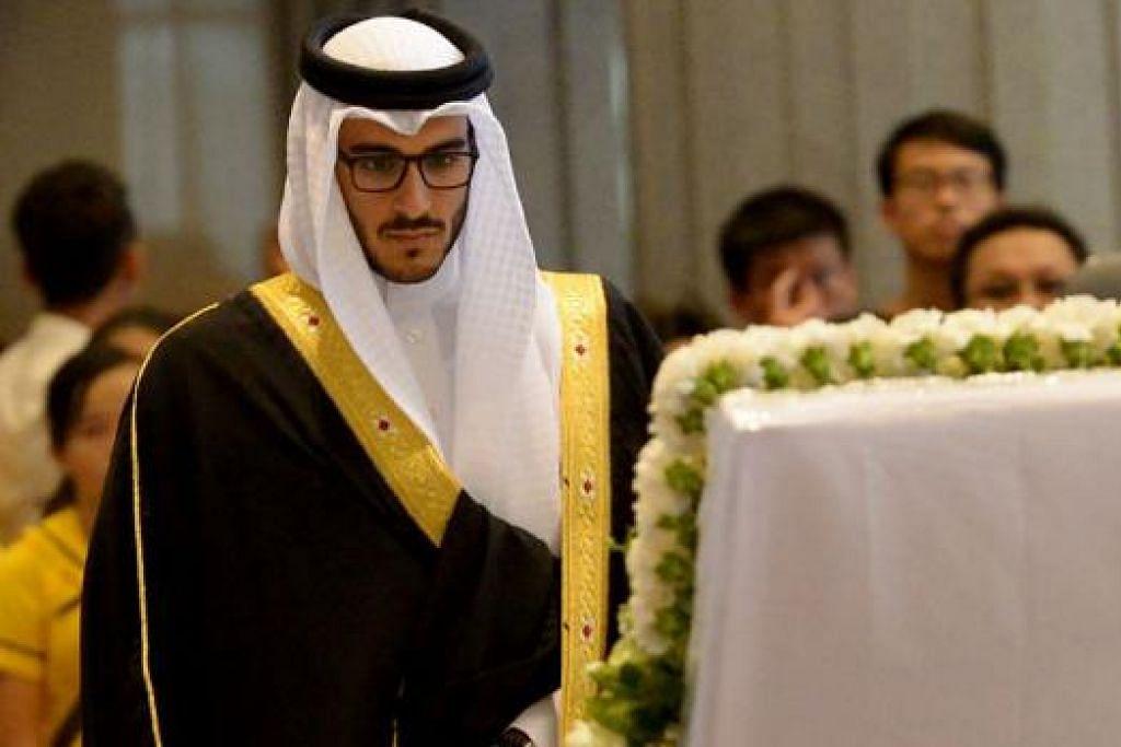 PENGHORMATAN DARI BAHRAIN: Anak putera mahkota Bahrain, Sheikh Issa bin Salman Al Khalifa, memberi penghormatan kepada mendiang Lee.