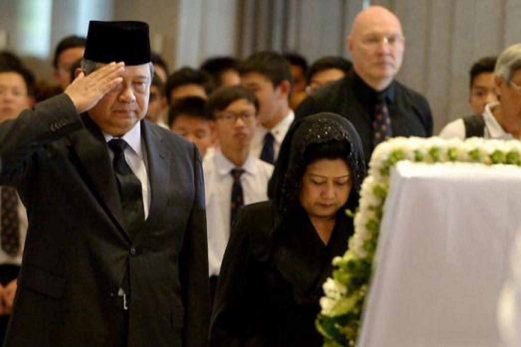 PENGHORMATAN DARI SBY: Mantan Presiden Indonesia Dr Susilo Bambang Yudhoyono antara mantan pemimpin negara jiran itu yang hadir memberi perhormatan kepada mendiang Lee.