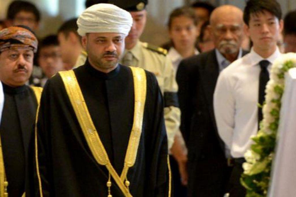 PENGHORMATAN DARI OMAN: Setiausaha Agung Kementerian Ehwal Luar Oman Syed Bader Al-Busaid antara kenamaan dari Timur Tengah yang memberi penghormatan semalam.