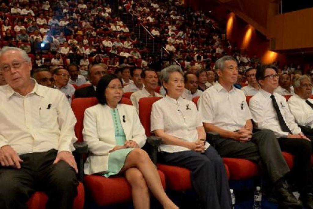 UPACARA PENGHORMATAN KHAS: Perdana Menteri Lee Hsien Loong (barisan depan, empat dari kiri) dan isterinya (sebelah kanannya) telah menghadiri upacara Penghormatan Pergerakan Buruh bagi mendiang Encik Lee Kuan Yew di Dewan Persidangan Singapura semalam. Antara yang hadir dalam majlis itu ialah Menteri Kanan Emeritus Goh Chok Tong (barisan depan, kiri), (barisan depan dari kanan) Timbalan Perdana Menteri Tharman Shanmugaratnam, Encik Nathan dan Encik Lim Swee Say. - Foto TUKIMAN WARJI