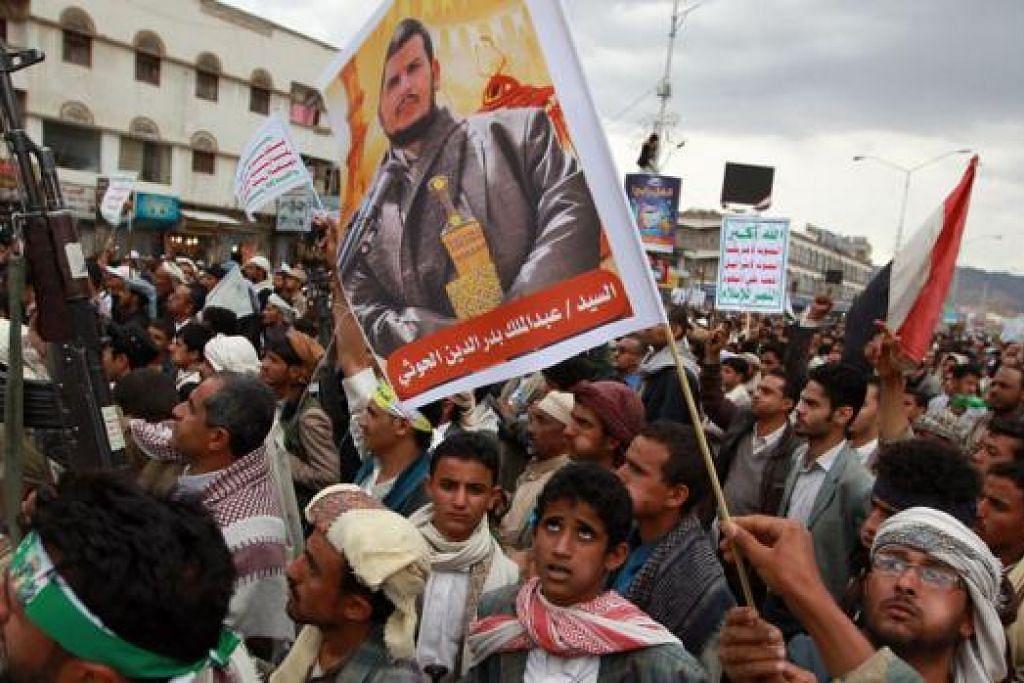 TUNJUK SOKONGAN: Para penyokong Syiah Houthi berkumpul tunjukkan sokongan kepada pemimpin Houthi, Abdul-Malik al-Houthi, dalam himpunan di Sanaa kelmarin. – Foto AFP