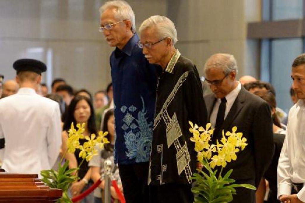 BERI PENGHORMATAN: Datuk Seri Daim Zainuddin (depan kanan), mantan Menteri Kewangan Malaysia, memberikan penghormatan kepada mendiang Encik Lee dengan ditemani Datuk Kadir Jasin (berbaju batik biru).
