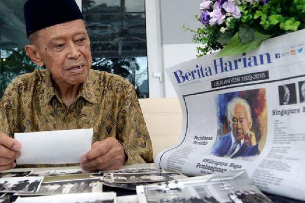 SAHABAT DISANJUNG: Encik Othman Wok menatapi gambar-gambar lama beliau bersama mendiang Encik Lee Kuan Yew yang beliau sifatkan sebagai sahabat rapatnya.