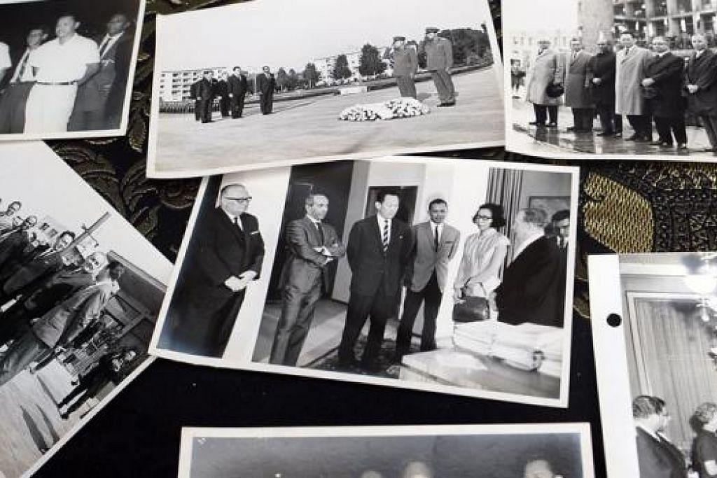 KENANGAN LAMA: Encik Othman Wok mengongsi beberapa gambar lama beliau bersama mendiang Encik Lee Kuan Yew dengan 'Berita Harian' semasa kunjungan akhbar ini ke rumahnya semalam. - Foto-foto TAUFIK A. KADER