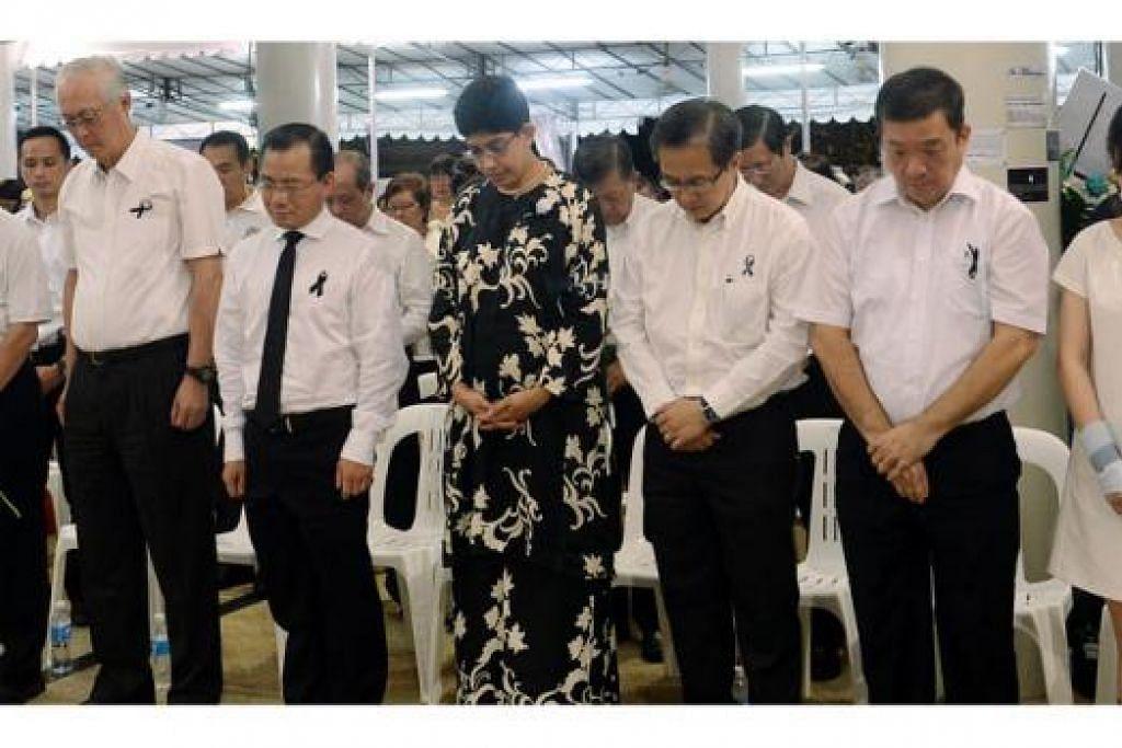 SUMBAGAN MELUAS: Profesor Madya Fatimah Lateef (empat dari kanan) menggariskan nilai meritokrasi sebagai warisan paling bermakna mendiang Encik Lee kepada masyarakat Melayu/Islam. Beliau berkata demikian dalam ucapan penghargaannya pada upacara memperingati Encik Lee yang dihadiri bersama AP GRC Marine Parade lain, termasuk Menteri Kanan Emeritus Goh Chok Tong (dua dari kiri). – Foto TAUFIK A. KADER