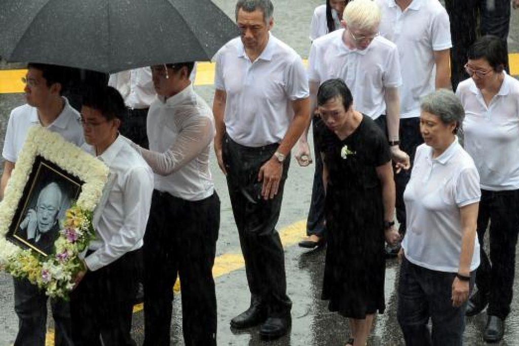 PERJALANAN TERAKHIR: Perdana Menteri, Encik Lee Hsien Loong, bersama ahli keluarganya bersama potret mendiang Lee Kuan Yew, dalam perjalanan untuk acara persemadian di Pusat Budaya Universiti, Universiti Nasional Singapura, sebelum melanjutkan perjalanan ke pusat pembakaran mayat di Mandai Crematorium, bagi acara privet. - Foto (BH)