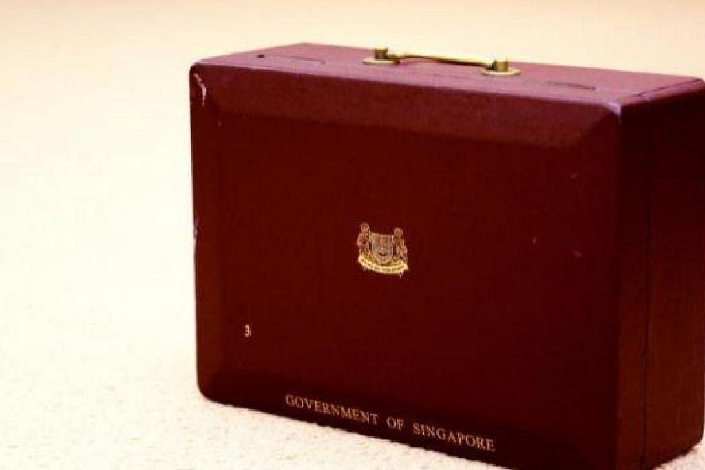 KOTAK MERAH: Sejak sekian lama, kotak merah Encik Lee mengandungi kertas kerja, draf ucapan, surat, bahan bacaan, dan pelbagai soalan, renungan, dan pemerhatian beliau termasuk keprihatinannya - yang besar seperti krisis kewangan mahupun yang kecil seperti pokok di lebuh raya. - Foto FACEBOOK HENG SWEE KEAT