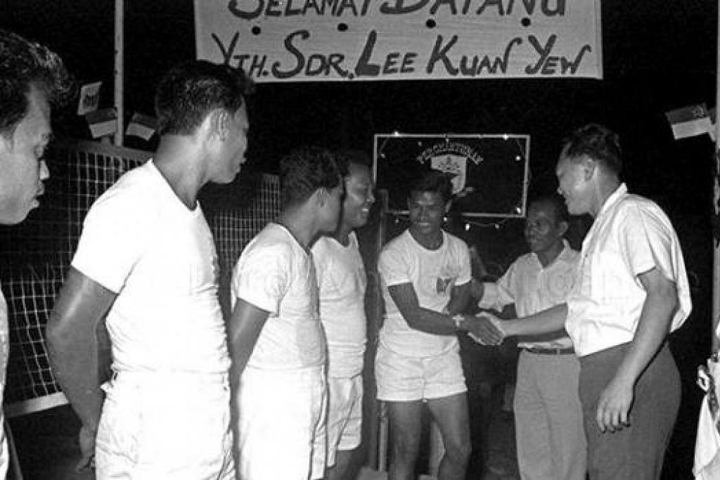 DAPAT PERHATIAN: Perdana Menteri Pengasas Lee Kuan Yew (dua dari kanan) berjabat dengan pemain sepak takraw perintis sebelum satu pertandingan pada 1969. - Foto PERSES