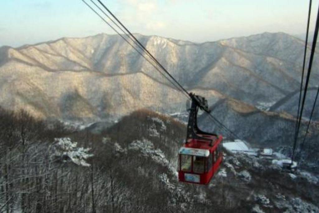 CANTIKNYA: Menaiki kereta kabel untuk menikmati pemandangan cukup indah dari atas Gunung Daedun. - Foto-foto SYUKRINA MOHAMED NOOR