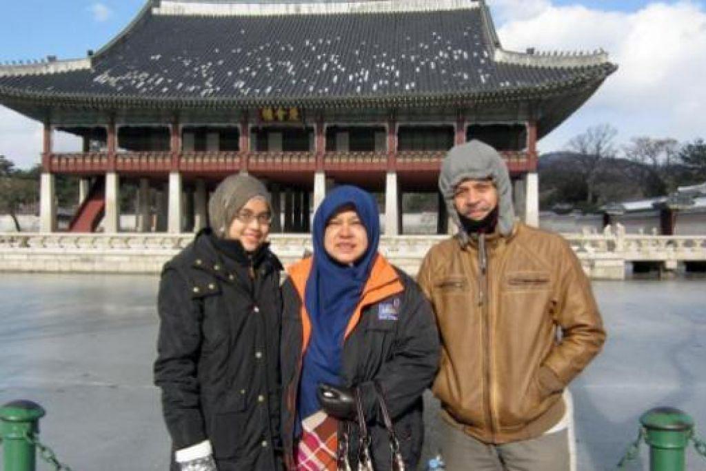 LAWAT ISTANA: Penulis (kiri) bersama ibu dan bapanya, Cik Zahara Karim dan Encik Mohamed Noor Jamil, di Istana Gyeongbokgung.