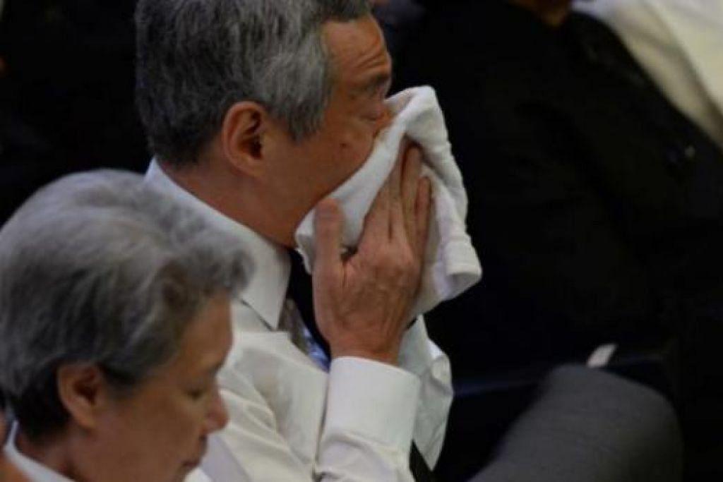 TERKESAN PENINGGALAN AYAH: Sebagai anak, Perdana Menteri Encik Lee Hsien Loong bersama seluruh rakyat Singapura amat berterima kasih di atas pengorbanan mendiang bapanya Encik Lee Kuan Yew kepada negara selama ini. - Foto AFP