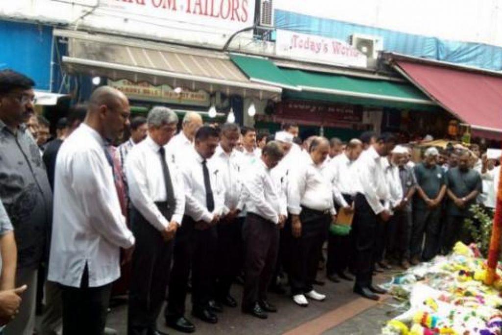 BERI PENGHORMATAN: Dr Yaacob (empat dari kiri) bersama pemimpin Persekutuan Indian Muslim memberi penghormatan terakhir kepada Encik Lee Kuan Yew di tapak masyarakat di Campbell Lane. - Foto FIM