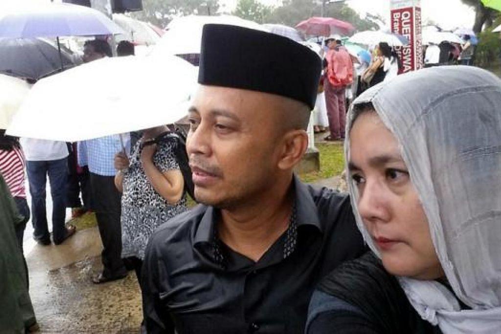 DARI JOHOR: Encik Ayob dan isteri, Cik Megasuria, yang tinggal di Kempas, Johor, bergegas ke Singapura untuk sama-sama menyertai orang ramai yang memberikan penghormatan terakhir kepada mendiang Encik Lee Kuan Yew. - Foto ihsan AYOB ISMAIL