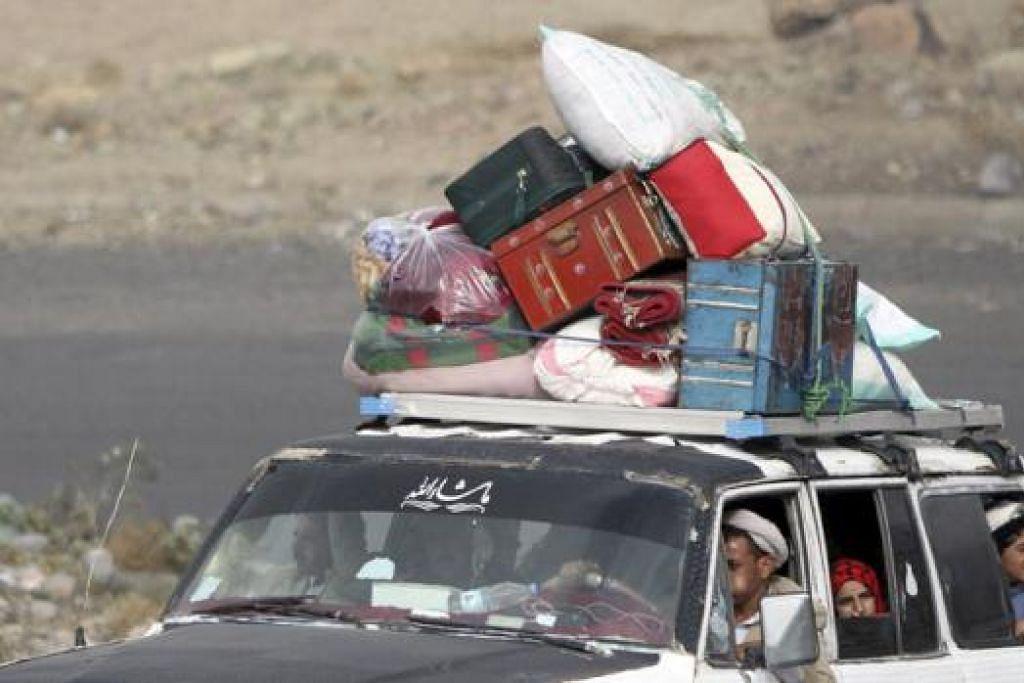 LARIKAN DIRI: Penduduk melarikan diri dari Sanaa, Yaman, dalam keadaan bimbang dan takut menjadi mangsa serangan udara baru. - Foto REUTERS