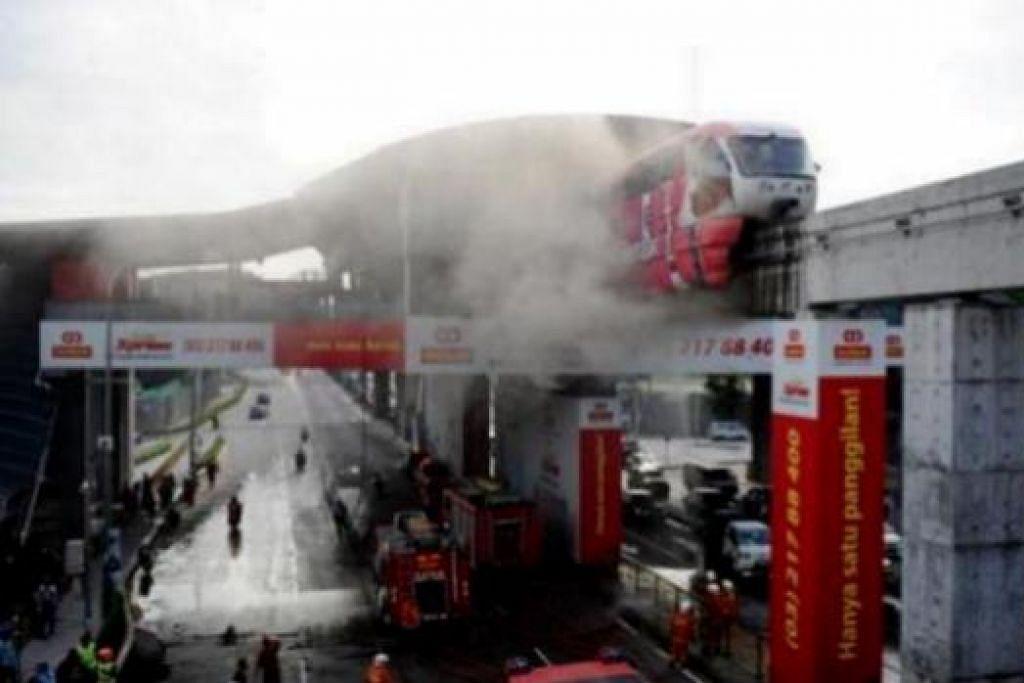 TIADA YANG CEDERA: Pasukan Bomba dan Penyelamat mengambil masa 30 minit untuk mengawal kebakaran monorel di Stesen Titiwangsa pagi semalam yang menyebabkan kesesakan lalu lintas. - Foto THE STAR