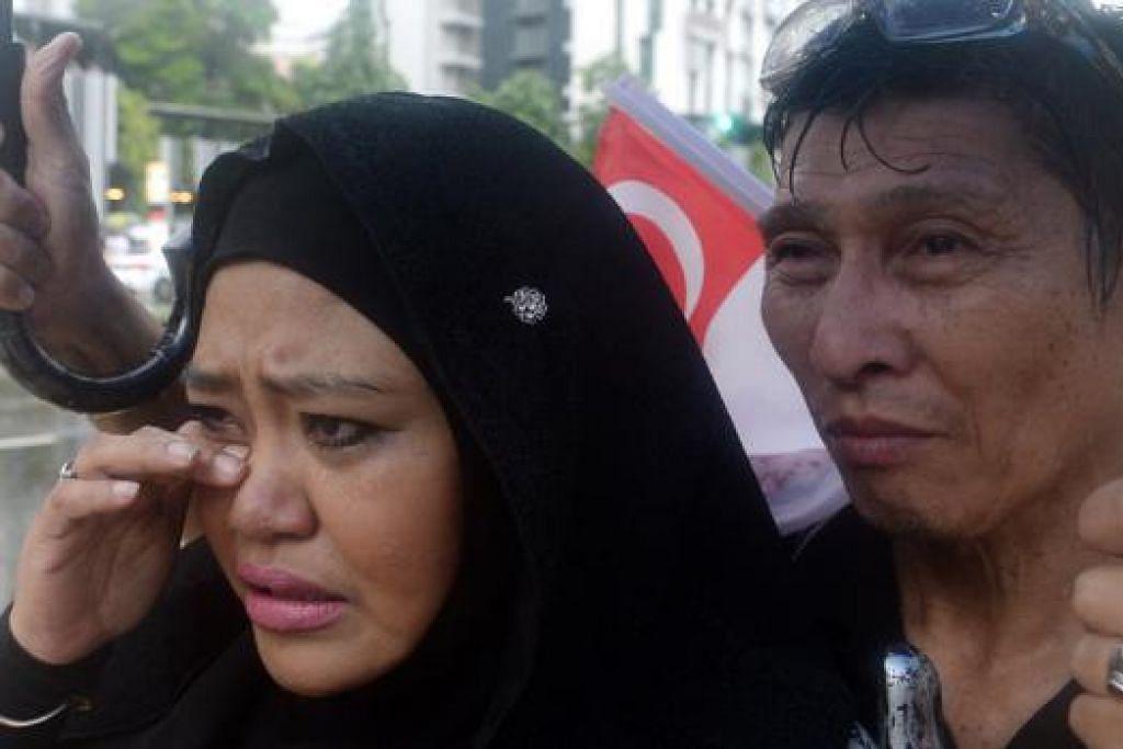 Cik Hidayah Mohd Ali, 45 tahun, suri rumah, bersama suaminya, Encik Sani Lee Abdullah, 60 tahun, pegawai awam.