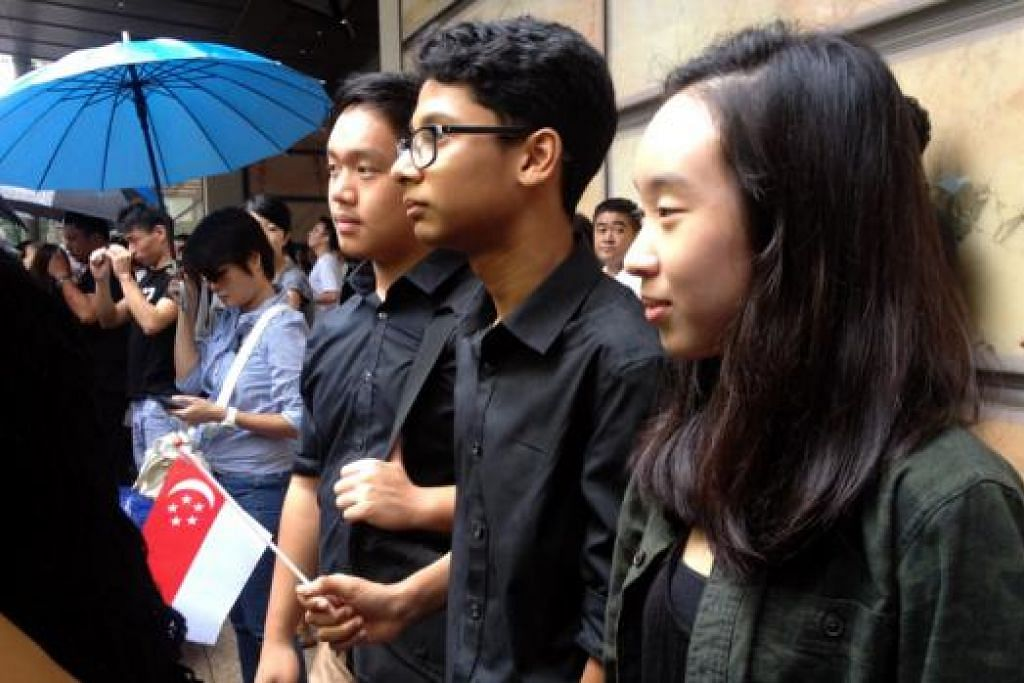 Faseehudeen (tengah), 16 tahun, pelajar Sekolah Victoria, yang ditemui di luar Bangunan Parlimen bersama dua teman sekolahnya.