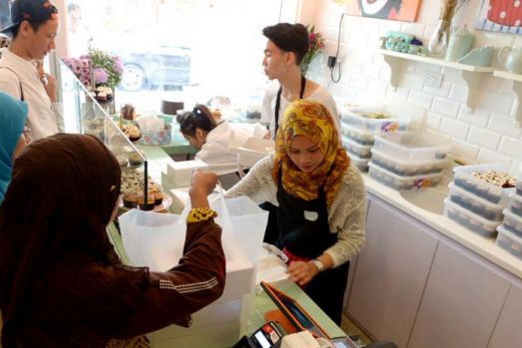 MENANGANI MASALAH MENCARI PEKERJA: Syarikat kek cawan Fluff Bakery membuat pelaburan dalam jenama perniagaan, menyediakan sekitaran kerja yang selesa serta latihan berterusan untuk menarik pekerja. - Foto TUKIMAN WARJI