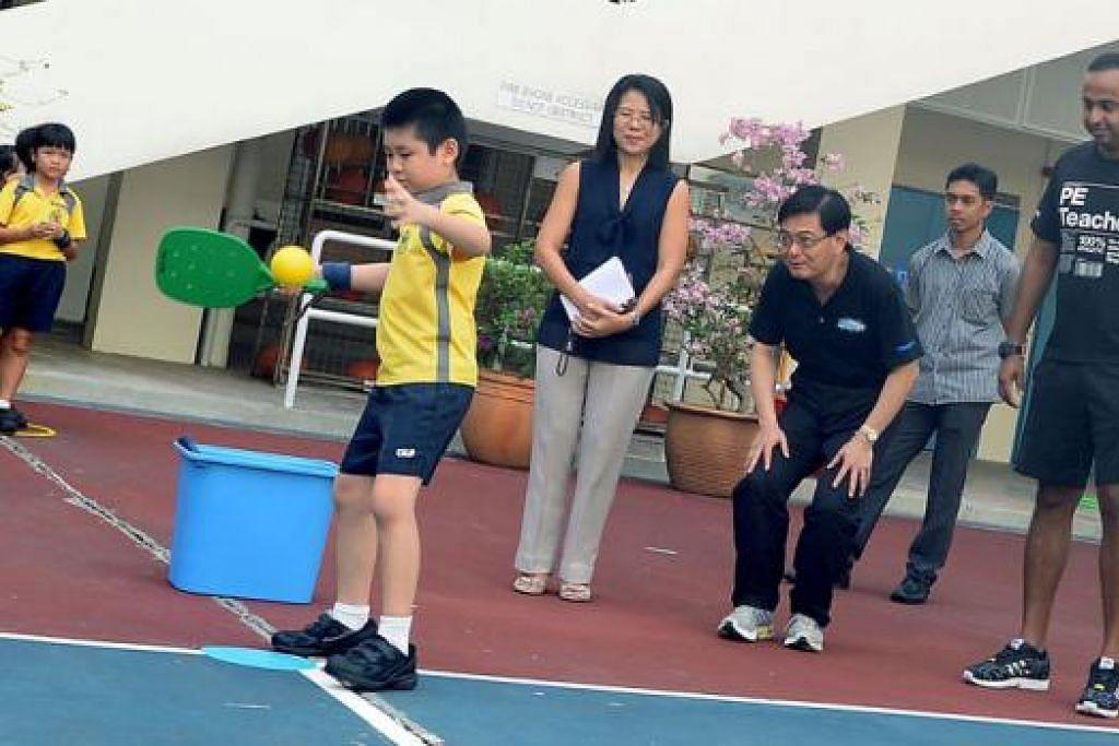 LIHAT DARI DEKAT: Menteri Pendidikan, Encik Heng Swee Keat (tiga dari kanan), sedang memerhatikan seorang pelajar di Sekolah Rendah Changkat bersiap untuk memukul bola. Turut sama ialah Ketua Jabatan (PE), Encik Satiish Sathasilvan (kanan), dan pengetua sekolah, Cik May Tang (empat dari kanan). - Foto TAUFIK A. KADER