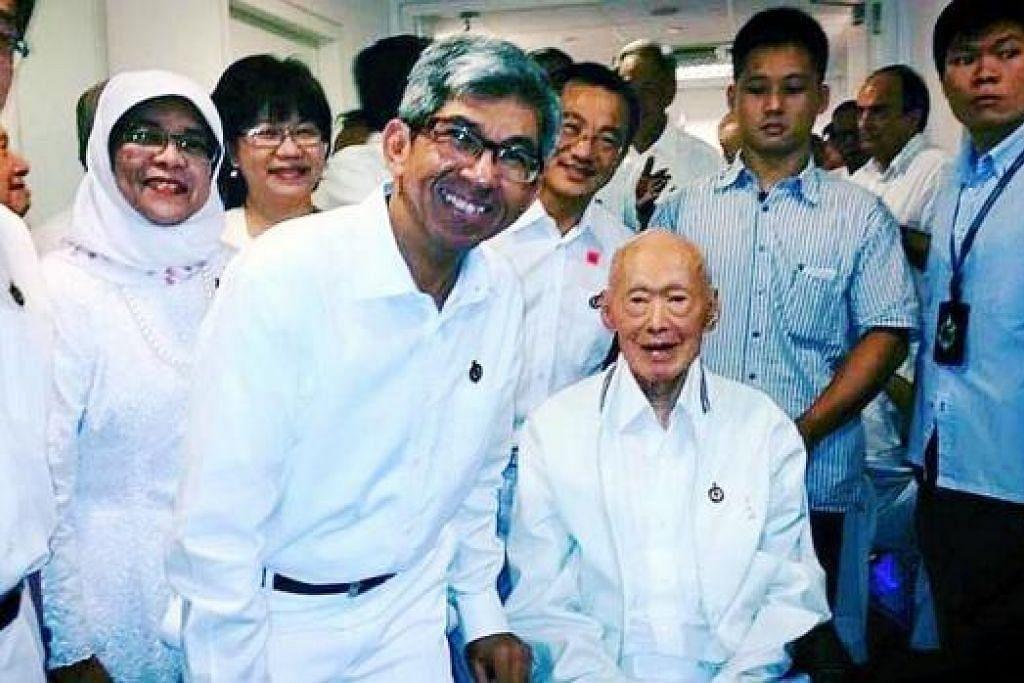 MEMPERINGATI JASA ENCIK LEE: Dr Yaacob Ibrahim memuat naik gambar ini, yang diambil dengan mendiang Encik Lee Kuan Yew, di Facebook beliau kelmarin.