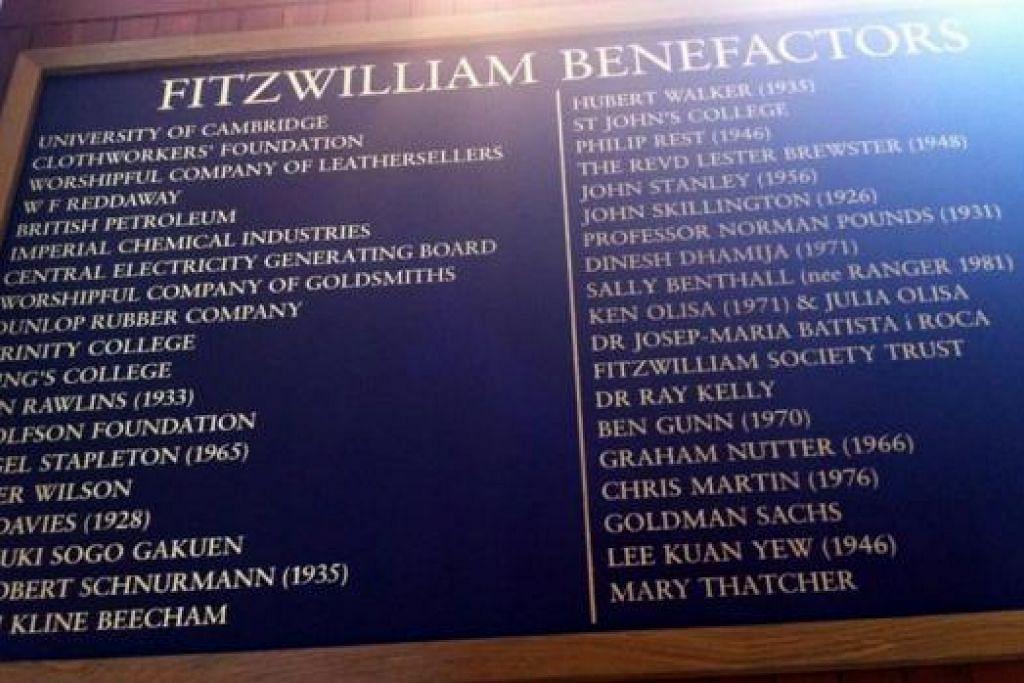 BANGGA: Cik Roszalina bangga setiap kali melihat nama Perdana Menteri Pengasas Encik Lee Kuan Yew di papan senarai nama dermawan Kolej Fitzwilliam. - Foto ROSZALINA RAWI