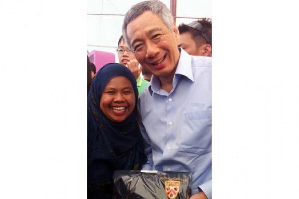 KENANGAN MANIS: Perdana Menteri Lee Hsien Loong begitu gembira apabila Cik Roszalina memberitahu bahawa beliau menuntut di kolej yang sama dengan mendiang Encik Lee semasa mereka berdua bertemu pada 2014.