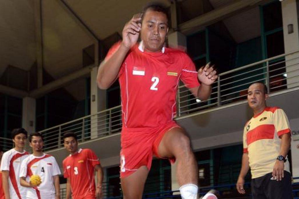 MUHAMMAD FARHAN: Sentiasa mengikuti latihan skuad nasional tetapi tidak dapat mewakili negara dalam pertandingan antarabangsa kerana kecederaan dan komitmen kerja. Kali terakhir beliau tampil dalam skuad Singapura adalah dalam pertandingan Piala Raja Thai Julai tahun lalu. - Foto fail