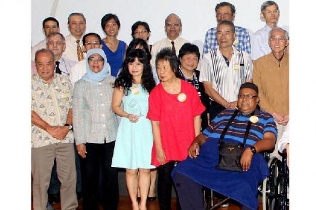 BERI PENGIKTIRAFAN: Speaker Parlimen, Cik Halimah Yaacob (barisan depan - dua dari kiri), hadir di acara Anugerah Pesakit dan Penjaga Berinspirasi Kesihatan Singapura 2015. - Foto ZAOBAO