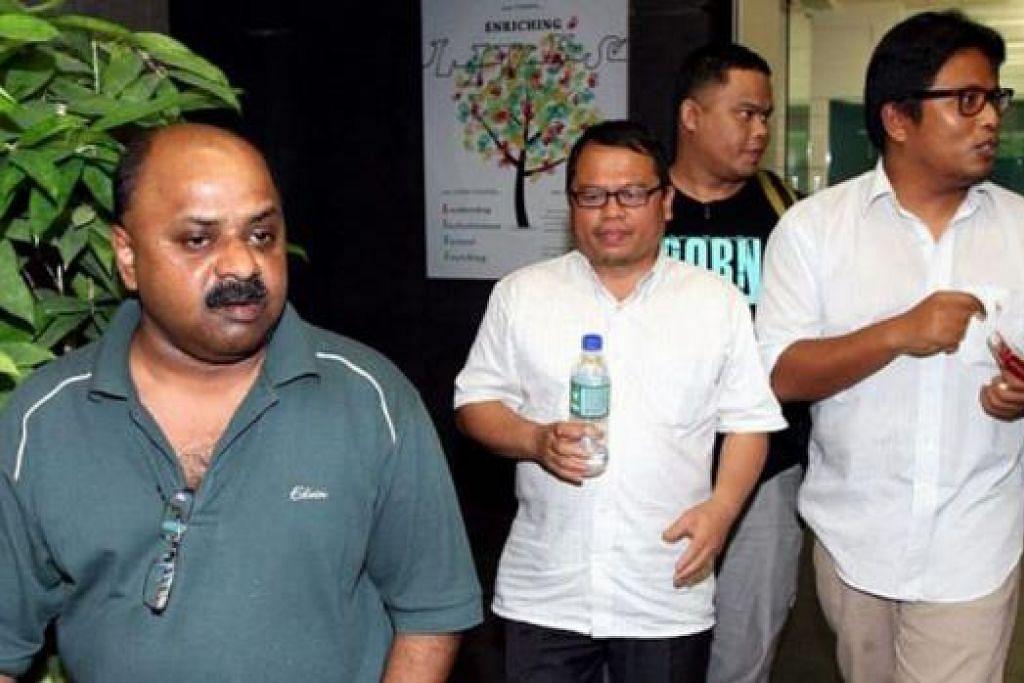 BANTU SIASATAN: Morais (kiri), Zulkifli (tengah) and Amin (kanan) diiring polis keluar daripada pejabat The Malaysian Insider di Mutiara Damansara semalam. - Foto THE MALAYSIAN INSIDER