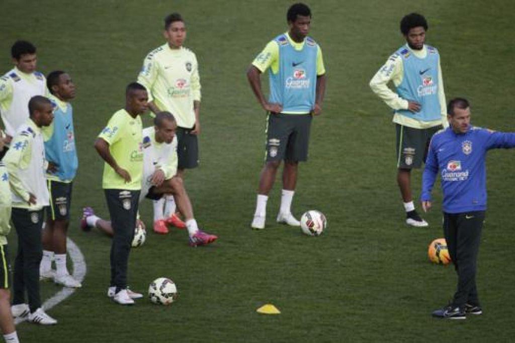 KEMENANGAN TIDAK DISANJUNG: Jurulatih Brazil, Dunga (kanan), dengan skuadnya sejurus sebelum mereka menentang Perancis. - Foto AFP