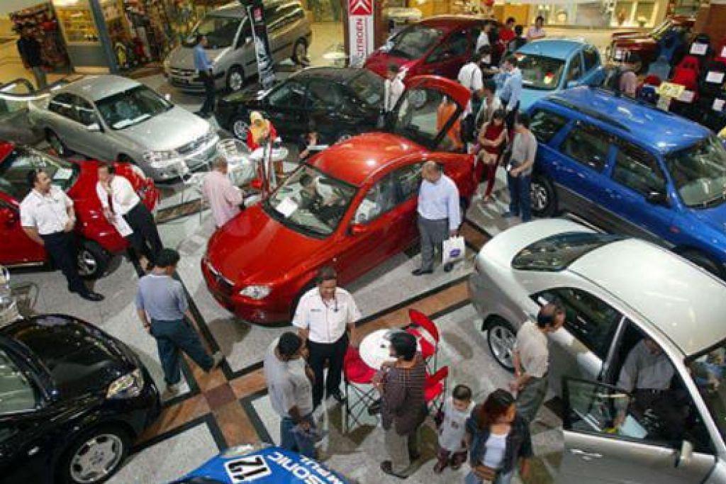 SESAK: Harga kereta yang lebih rendah selepas pelaksanaan GST mendorong lebih ramai orang mengunjungi pameran kereta. - Foto THE STAR