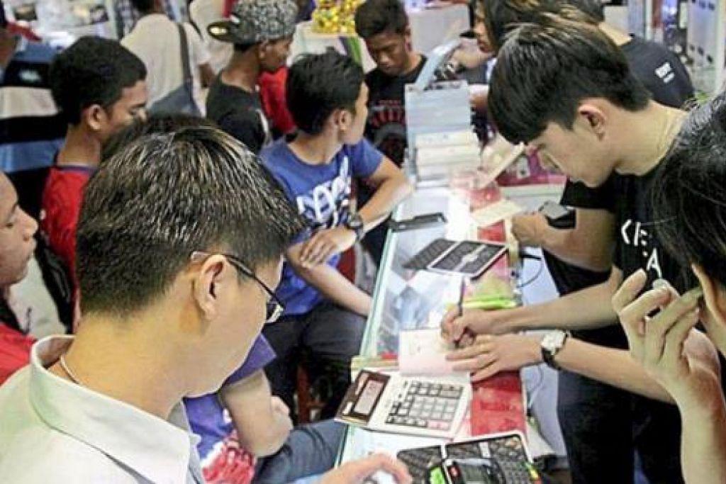 BEREBUT: Ramai rakyat Malaysia tergesa-gesa membeli-belah bagi mengelak GST. - THE STAR