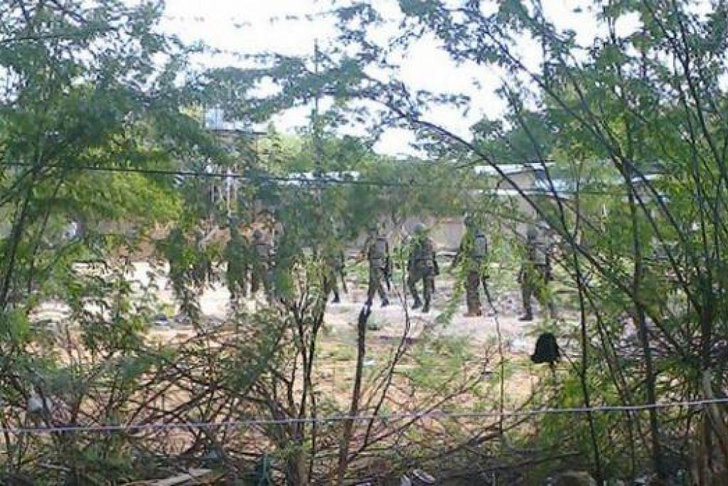 SEGERA BERTINDAK: Pasukan tentera Kenya kelihatan sedang melancarkan operasi di bandar Garissa, Kenya, setelah Universiti Garissa di bandar itu diserang kumpulan bersenjata. - Foto REUTERS
