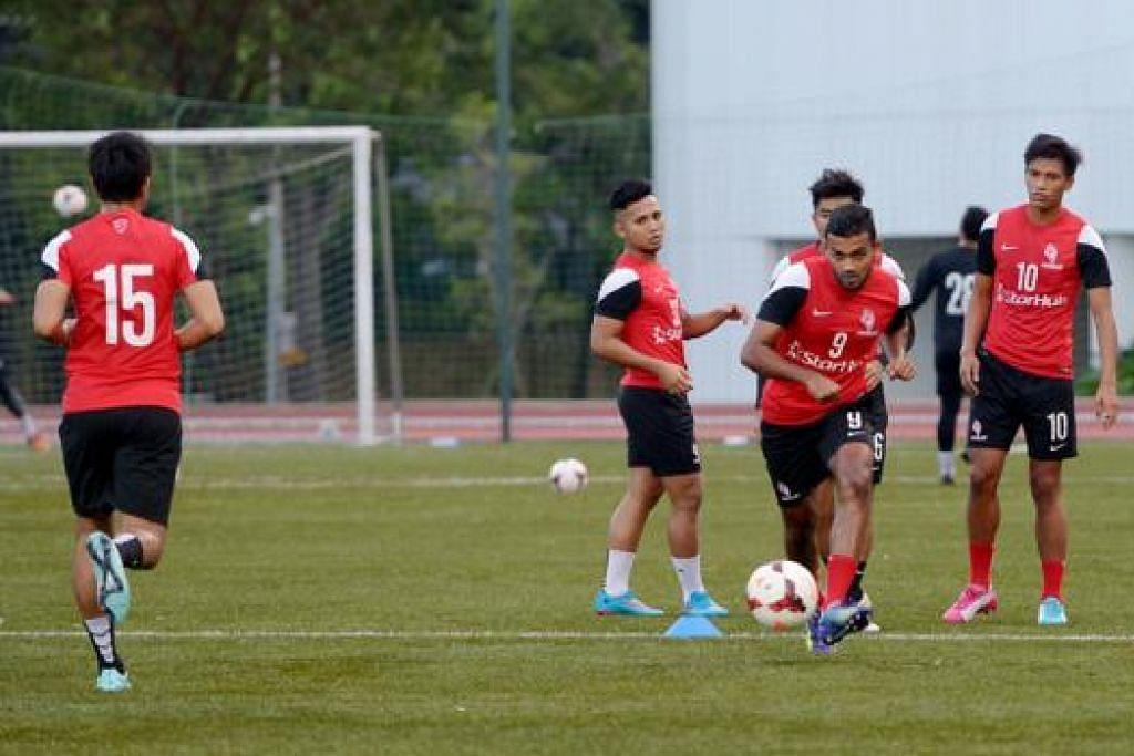 GHAIRAH BERAKSI: Faritz Hameed (menendang bola) telah pulih daripada kecederaan pinggul dan dijangka memulakan perlawanan malam nanti. - Foto TUKIMAN WARJI