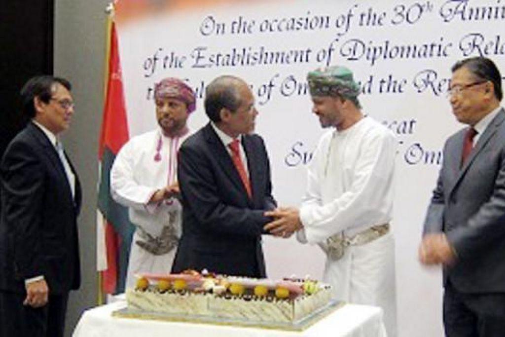 ERATKAN HUBUNGAN: Encik Masagos (tengah) bersalaman dengan Setiausaha Agung Kementerian Ehwal Luar Oman, Sayyid Badr Hamad Al Busaidi, di majlis sambutan ulang tahun ke-30 jalinan hubungan diplomatik antara Oman dengan Singapura. - Foto MFA
