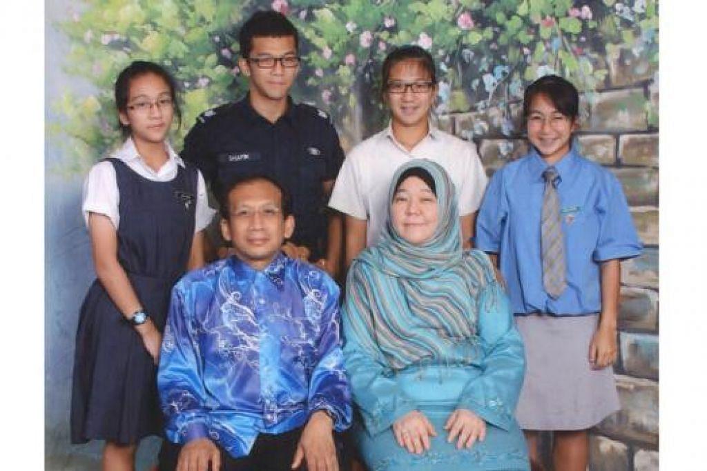 SOKONGAN KELUARGA: Dr Farida Ithnin bersama suaminya, Dr Abdul Razak Samsudin, mendapat sokongan anak mereka (belakang dari kiri) Anisa Shahira, Ahmad Shafik, Anisa Suhaila dan Anisa Suraya. - Foto ihsan DR FARIDA ITHNIN