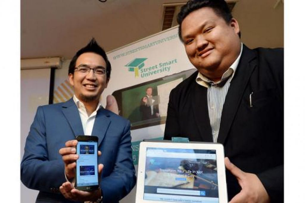 LATIHAN 'BIMBIT: Encik Imran (kiri) dan Encik Fazil mencipta aplikasi bagi membolehkan pengguna mengikuti kursus peningkatan diri dalam keselesaan di rumah mereka. - Foto TAUFIK A. KADER