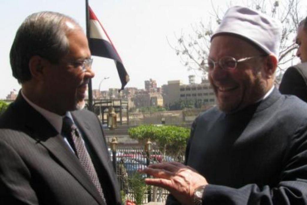 KUPAS PELBAGAI ISU: Encik Masagos Zulkifli (kiri) mengadakan perbincangan dengan Mufti Besar Mesir, Dr Shawki Allam. - Foto-foto MFA