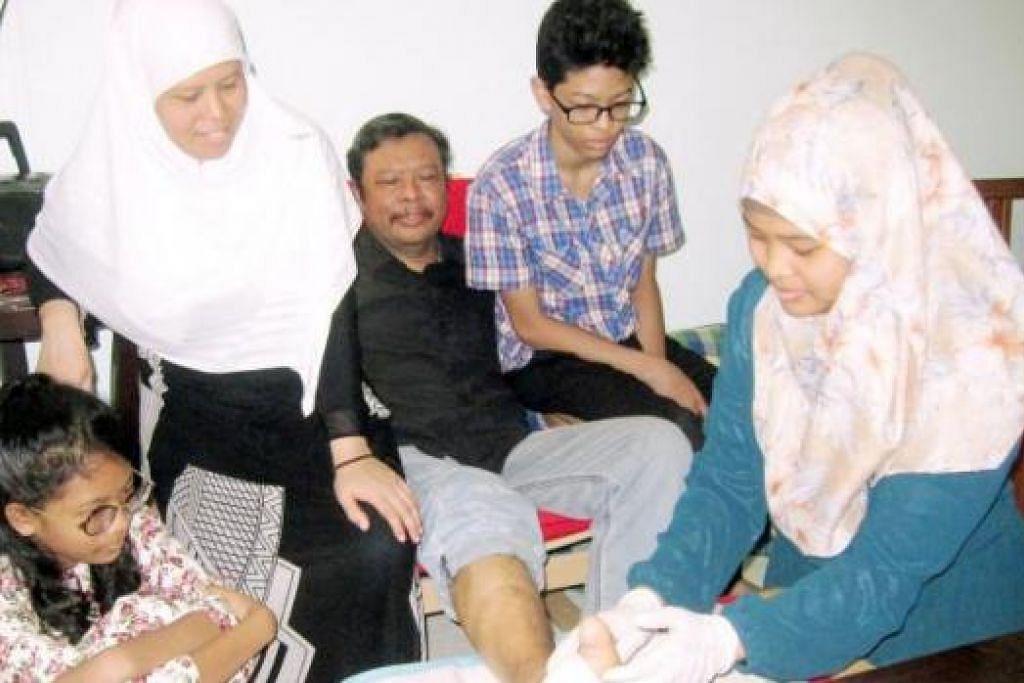BERAT SAMA DIPIKUL: Apabila Encik Mustafa Kamal Abu Bakar (berbaju hitam) dilanda komplikasi penyakit kencing manis dan ginjal, isterinya, Cik Khodijah Kamsir (dua dari kiri) mengambil kursus perkhidmatan terapi dan anak sulungnya, Cik Siti Syafaaton (kanan), pula mengikuti kursus kejururawatan. Dua lagi anaknya, Ayuni Khalisah (kiri) dan Dehya Kamal, juga diajar berdikari. - Foto-foto HARYANI ISMAIL