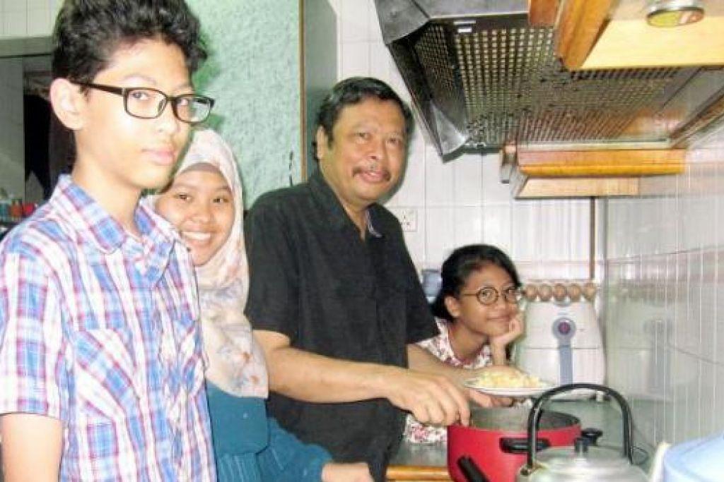 BERAT SAMA DIPIKUL: Gambar atas, Encik Mustafa Kamal menjalankan kerja rumah seperti memasak bagi anak-anak yang bersekolah dan isteri yang bekerja.