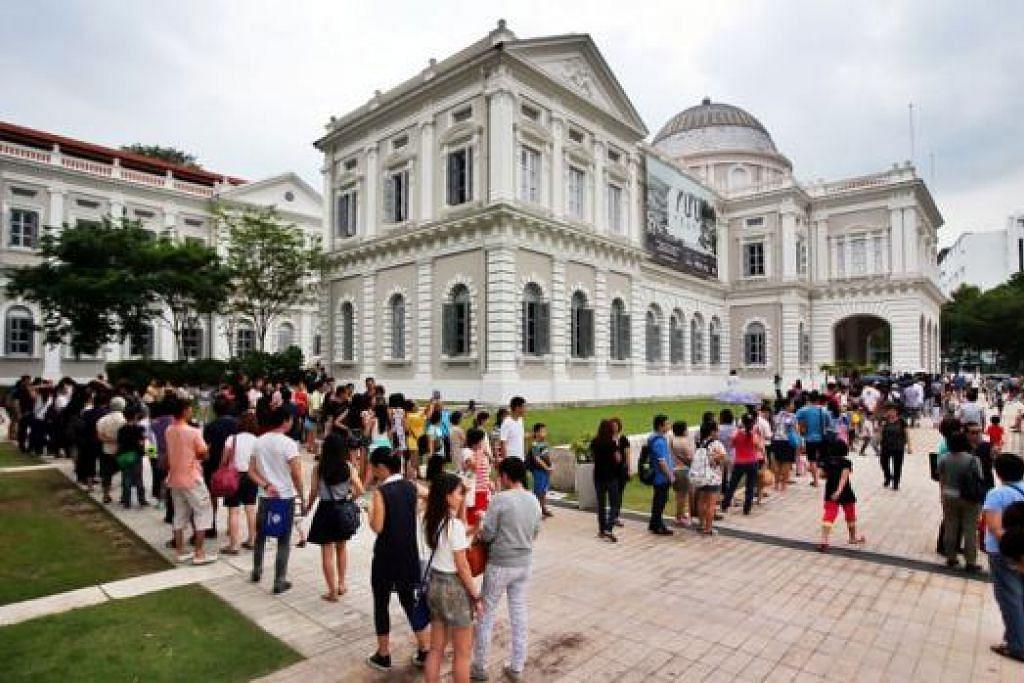 SAMBUTAN LUAR DUGAAN: Orang ramai yang ingin menyaksikan pameran Perdana Menteri Pengasas Lee Kuan Yew di Muzium Negara semalam beratur panjang sehingga luar bangunan muzium. - Foto ZAOBAO