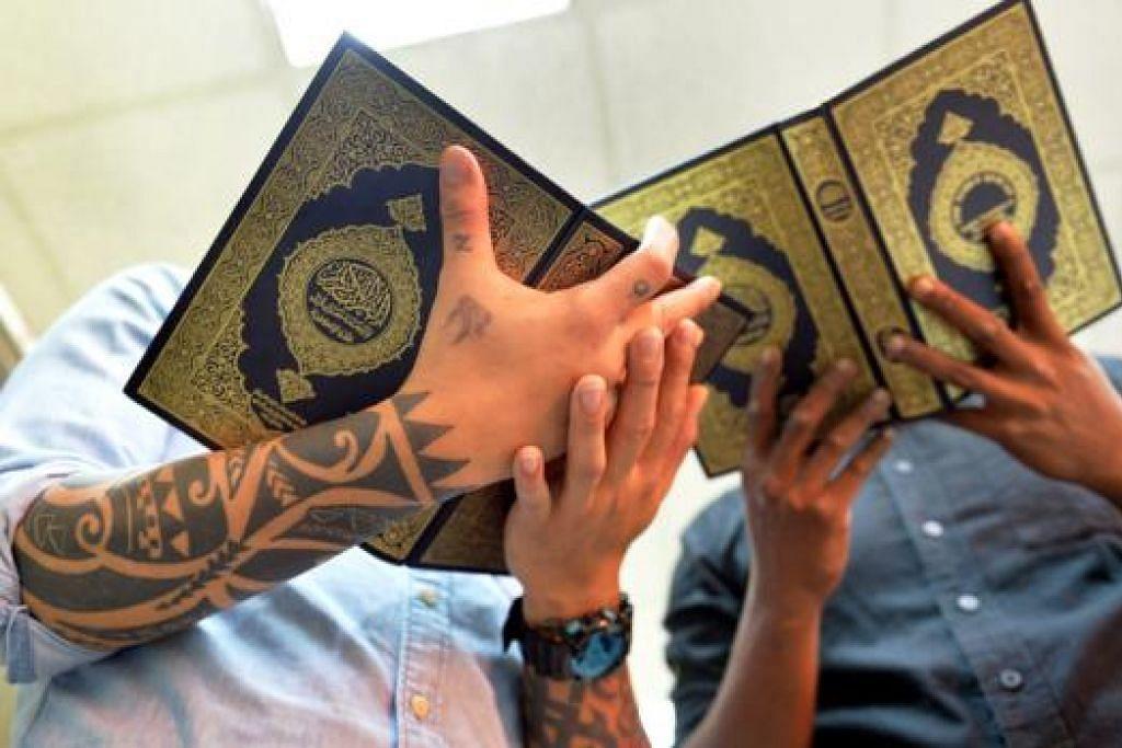 KHATAM WALAU BARU PELUK ISLAM: Mohd Haiqal (kiri) berjaya khatam Al-Quran meskipun baru memeluk Islam kurang empat tahun. Kini beliau sudah pun bekerja sebagai tukang masak di restoran.