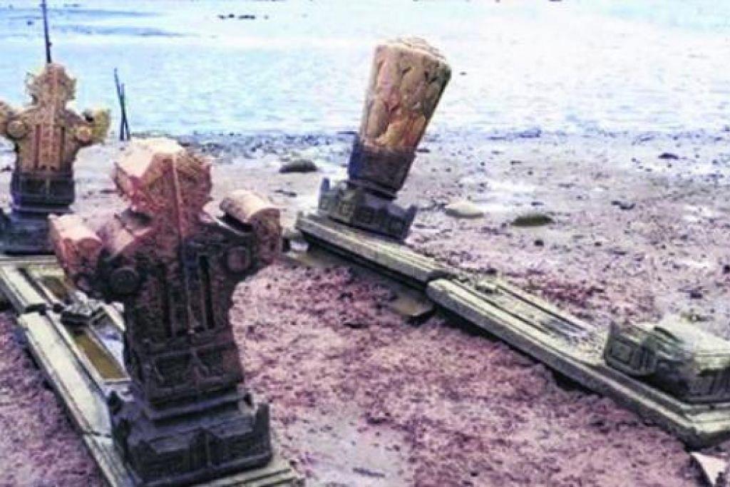 NISAN DI ACEH: Batu nisan yang berbentuk mudah sehingga yang berukiran dipanggil plang pleng di pantai utara Aceh. Terdapat pengaruh India dan Arab (pahatan huruf Jawi) yang menjadi sorotan ahli kaji purba, Dr Edmund Edwards McKinnon. - Foto ihsan DR EDMUND EDWARDS MCKINNON