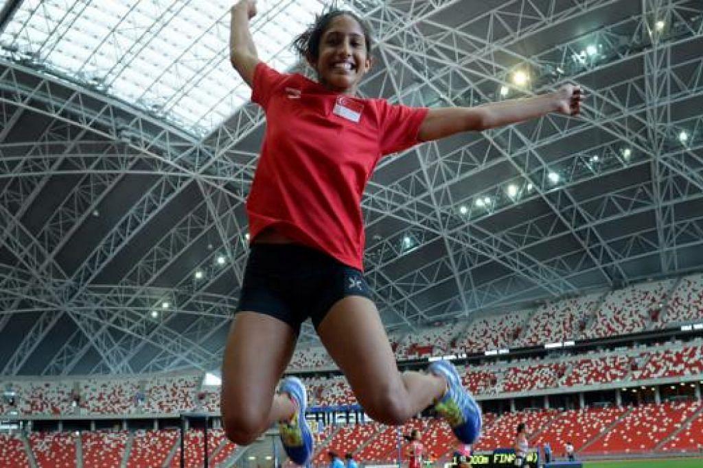 GEMBIRA SEKALI: Shanti Pereira begitu gembira sekali dengan pencapaiannya pada dua hari pertandingan di Kejohanan Trek dan Balapan Terbuka Singapura yang ke-77. - Foto M.O. SALLEH