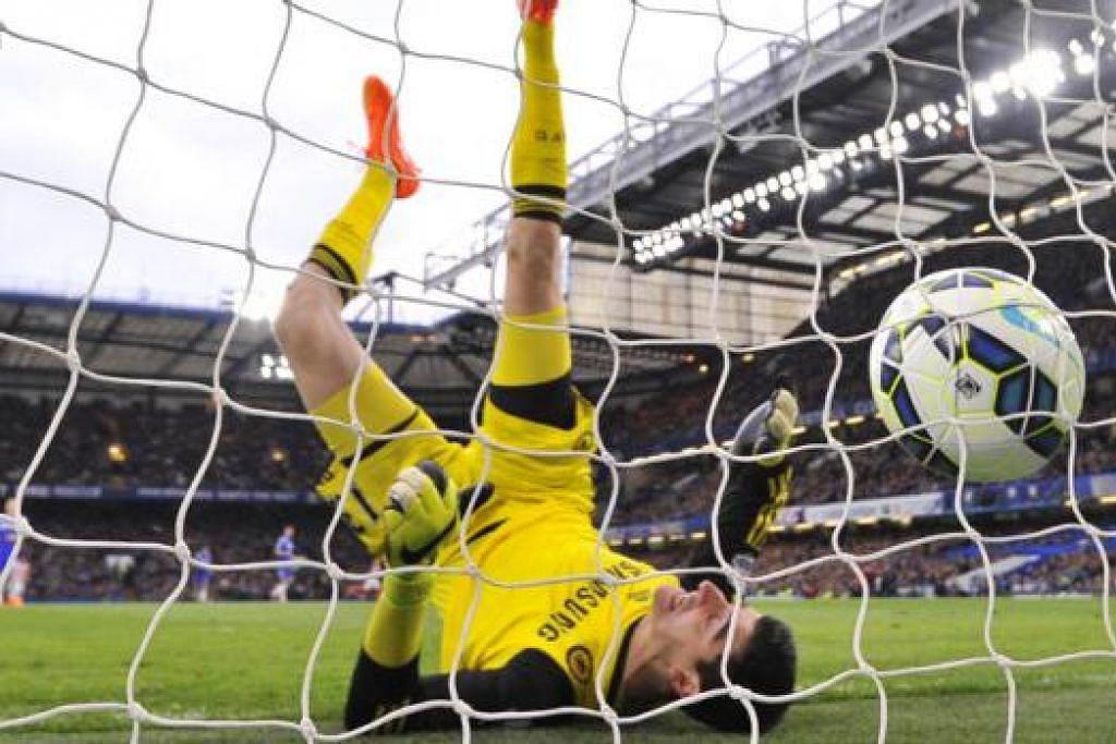 TAK DAPAT DISELAMATKAN: Penjaga gawang Chelsea, Thibaut Courtois, terjatuh selepas gagal menyelamatkan gawangnya daripada rembatan jarak jauh pemain tengah Stoke, Charlie Adam, di Stamford Bridge kelmarin. - Foto AFP