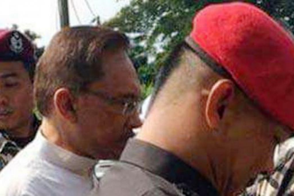 ZIARAH BAPA: Anwar Ibrahim tiba di rumah Allahyarham bapanya yang merninggal dunia semalam. - Foto ASTROAWANI.COM