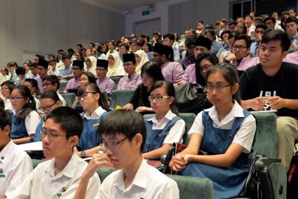 ATASI PENGGANASAN: Para belia ini adalah antara 350 belia daripada madrasah, maktab rendah, politeknik dan universiti yang menyertai konvensyen belia mengenai bahaya pengganasan baru-baru ini anjuran Taman Bacaan Pemuda Pemudi Melayu Singapura dengan kerjasama Jagaan Susul Kumpulan Antara Agensi (ACG) dan disokong Kementerian Ehwal Dalam Negeri (MHA). - Foto M.O. SALLEH