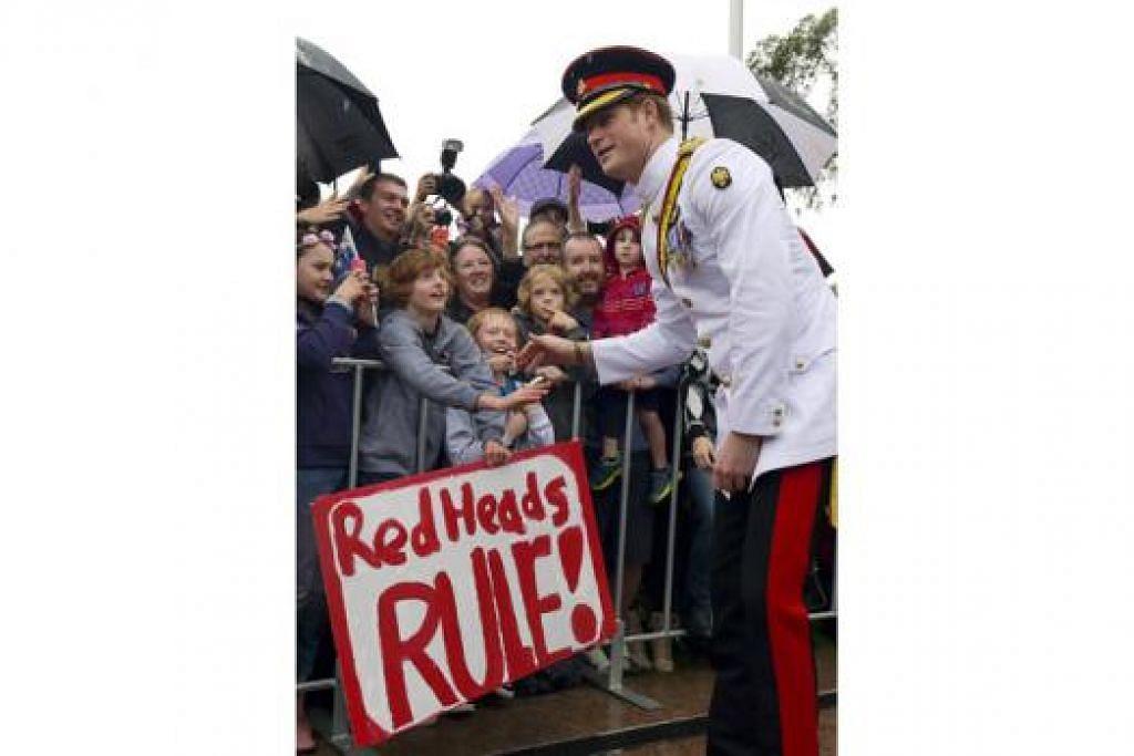 """MESRA DENGAN """"PEMINAT"""": Putera Harry menyapa orang awam selepas melawat Tugu Peringatan Nasional di Canberra semalam. - Foto REUTERS"""